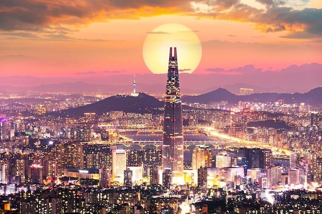 Tramonto della città di seoul e della torre di seoul corea del sud