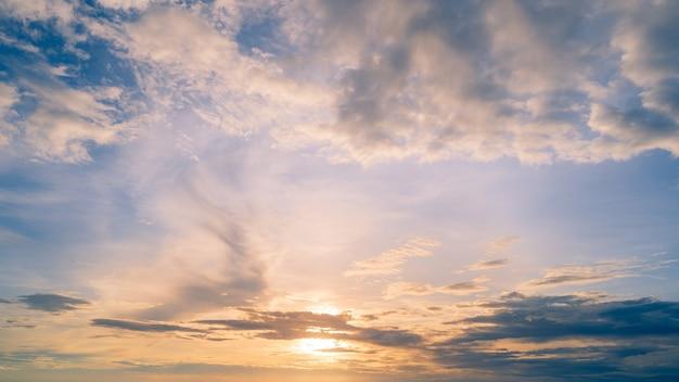 Cielo di sfondo del cielo al tramonto con sfondo di nuvole