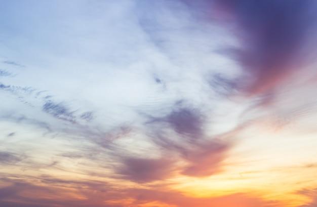Sfondo del cielo al tramonto con nuvole colorate di luce solare arancione la sera