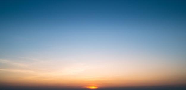 Cielo al tramonto sulla spiaggia per lo sfondo
