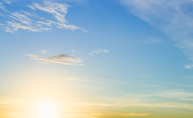 Cielo al tramonto al mattino con l'alba e le nuvole del cielo blu
