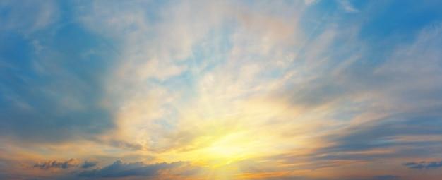 Panorama del cielo al tramonto con nuvole
