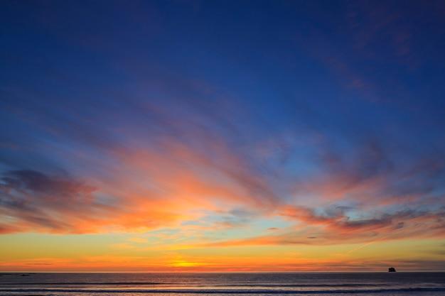 Cielo al tramonto sulla spiaggia di rialto parco nazionale olimpico usa