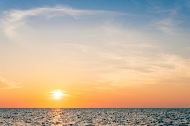 Cielo al tramonto sul mare la sera al crepuscolo