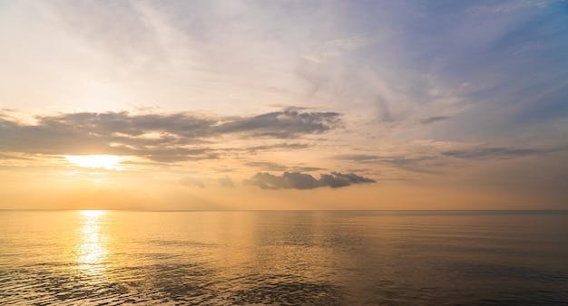 Cielo al tramonto sul mare la sera con la riflessione della luce solare colorata, cielo al tramonto.