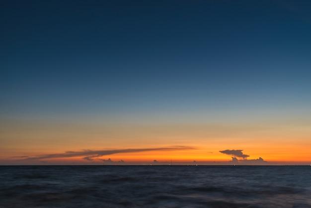 Cielo al tramonto al mare
