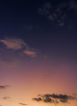 Cielo al tramonto verticale la sera al crepuscolo dopo il tramonto