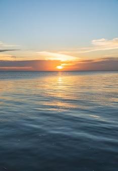 Cielo al tramonto verticale sul mare la sera