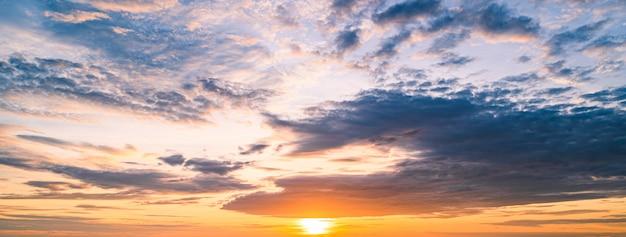 Cielo al tramonto con sfondo di nuvole minuscole