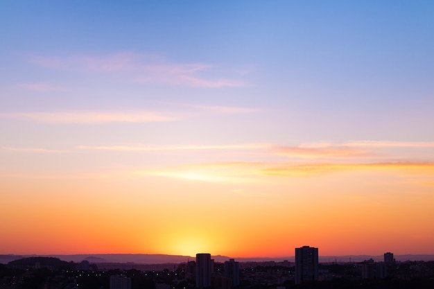 Città della costruzione dell'orizzonte di tramonto nel brasile. bella giornata invernale colorata nuvolosa. spazio per il testo.