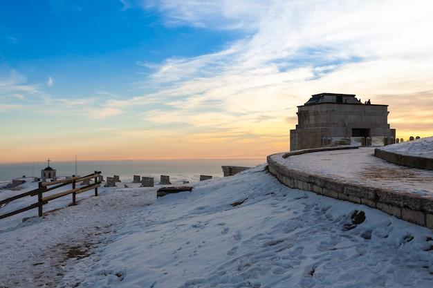 Tramonto al monumento ai caduti, monte grappa, italia. paesaggio italiano