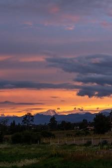 Tramonto con bellissime nuvole in ecuador