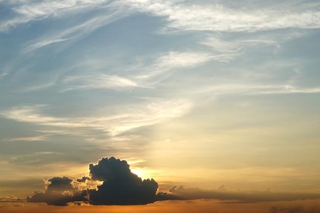 Tramonto con nuvole nimbus sullo sfondo del cielo