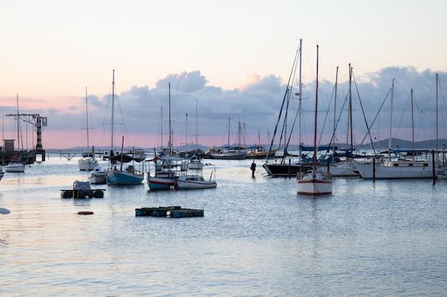 Tramonto con barche a vela ancorate al bordo della ribeira a salvador bahia brasile.