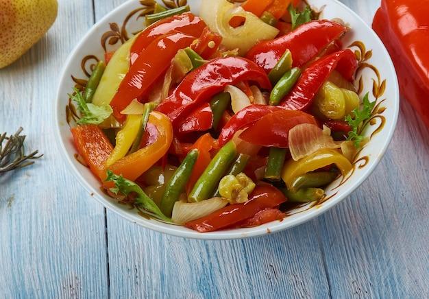 Suoman gush siz, delizioso piatto di verdure, peperoni. cucina uigura, asia piatti tradizionali assortiti, vista dall'alto