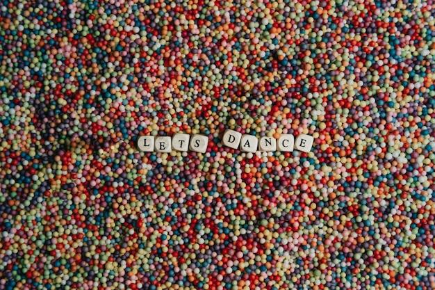 Segnale mock up super colorato con un concetto felice e divertente, palline colorate con danze scritte a dadi, sfondo, stupendo, meraviglioso