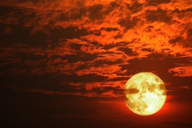 Super luna piantagione di mais risorge sfocatura nuvola rosso scuro sul cielo notturno