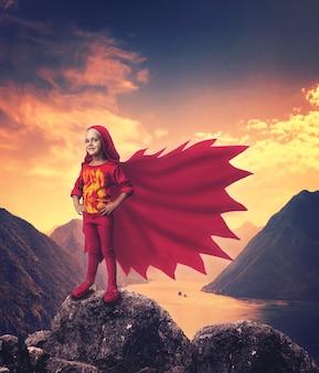 Ragazza super eroe in montagna