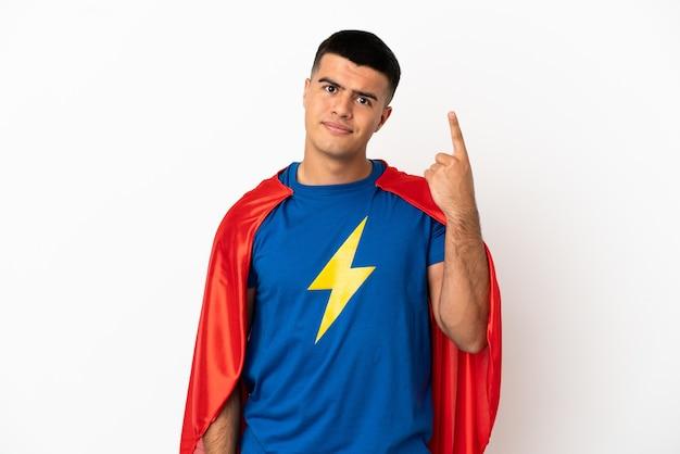 Super eroe su sfondo bianco isolato che punta con il dito indice una grande idea