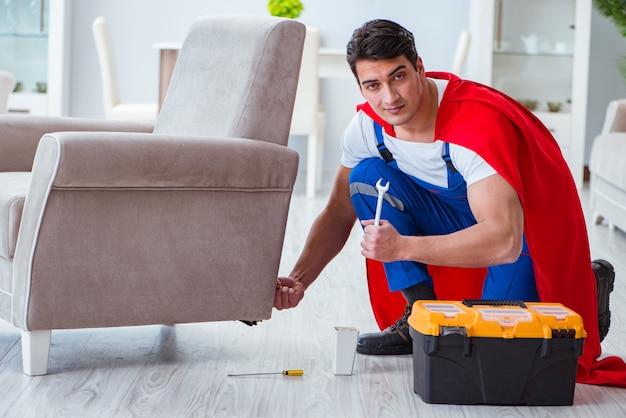 Riparatore di supereroi che lavora a casa