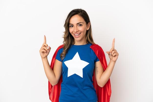 Donna super eroe su sfondo bianco isolato che punta verso l'alto una grande idea