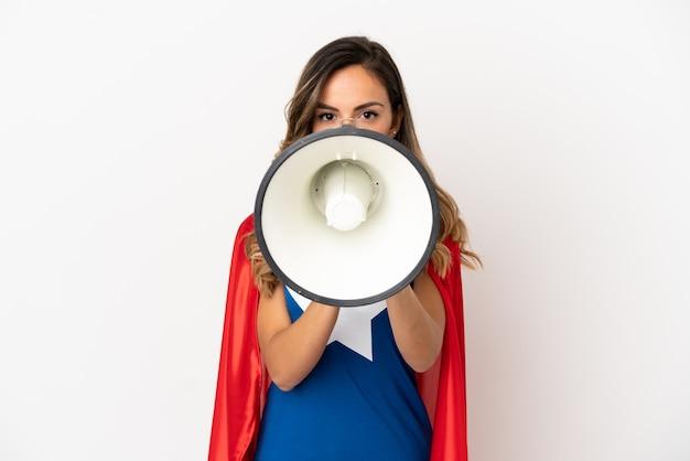 Donna super eroe su sfondo bianco isolato che grida attraverso un megafono