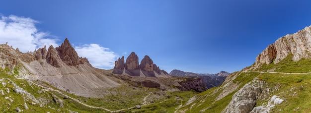 Super panorama del parco naturale tre cime con le famose tre vette delle tre cime di lavaredo. alto adige, italia