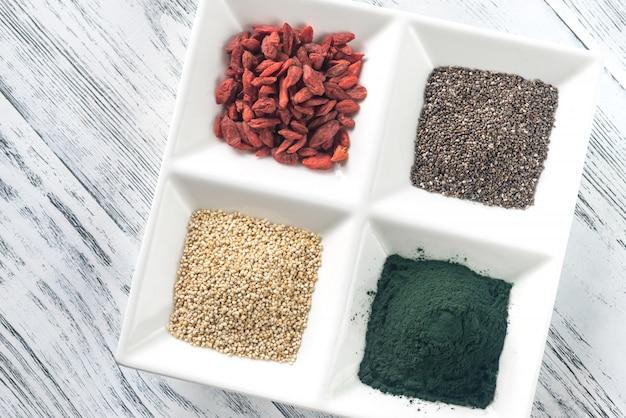 Superfoods sulla piastra a quattro sezioni