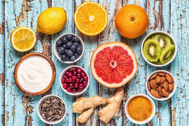 Supercibi per aumentare l'immunità e rimedi per il raffreddore, vista dall'alto.