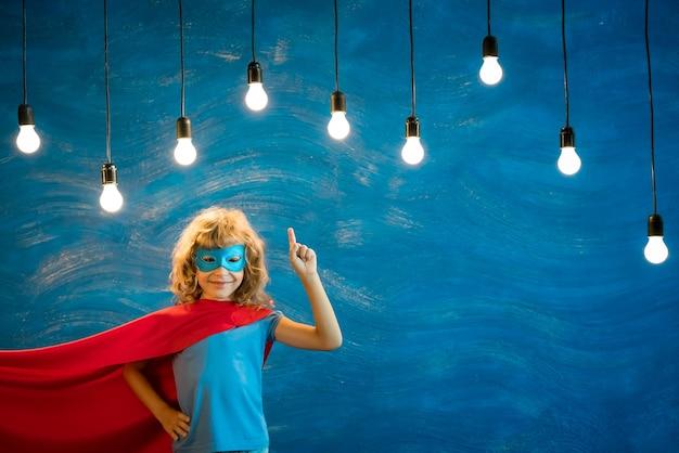 Bambino supereroe. ragazzo super eroe. libertà, vincitore e concetto di successo. sogno e immaginazione