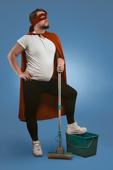 Supereroe pronto a ripulire e combattere le forze oscure con l'aiuto di attrezzature per la pulizia.