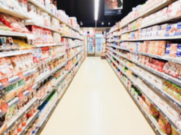 Interno del corridoio del supermercato offuscata