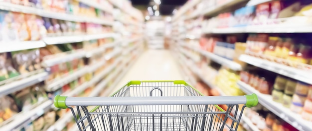 Navata laterale del supermercato e carrello della spesa