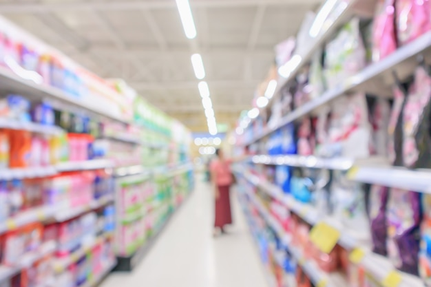 Navata laterale del supermercato con il prodotto ripiani interni sfocatura dello sfondo sfocato