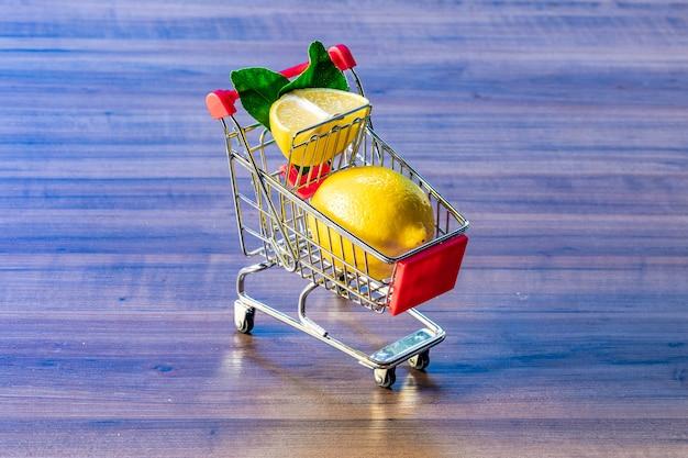 Carrello del supermercato con foglia verde e limone