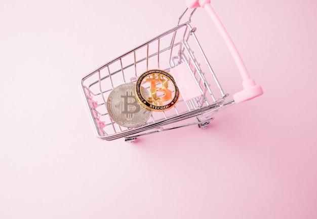 Carrello del supermercato con bitcoin all'interno