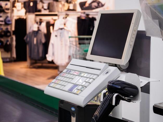Terminale di pagamento del banco cassa del supermercato con lo schermo del monitor del computer vuoto