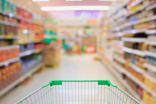 Interno del supermercato con carrello della spesa