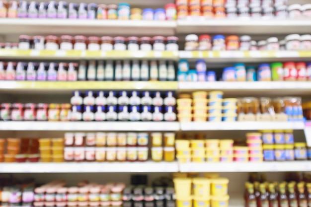 Gli scaffali dei prodotti del supermercato mostrano uno sfondo sfocato astratto