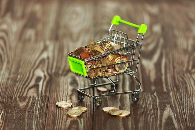 Carrello del supermercato pieno di monete in euro