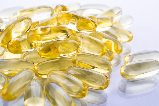 Sfondo alimentare supplementare. capsule trasparenti di olio di pesce. omega 3. vitamina e.