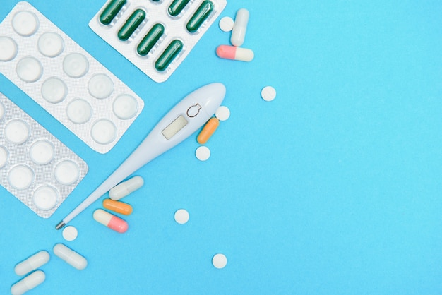 Confezioni blister di integratori e pillole, primo piano. posto per inserire il testo, sfondo blu. farmacisti e cliniche.