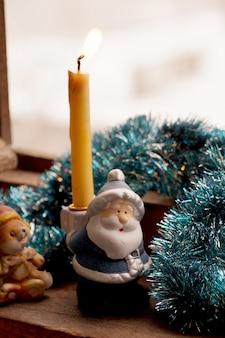 Supporto sotto una candela a forma di giocattolo padre frost