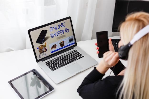 Operatore telefonico di supporto in cuffia sul posto di lavoro