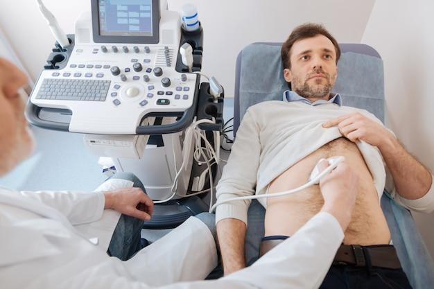 Supporto a specialisti maturi qualificati che eseguono procedure ecografiche utilizzando attrezzature speciali ed esaminano gli organi dei pazienti