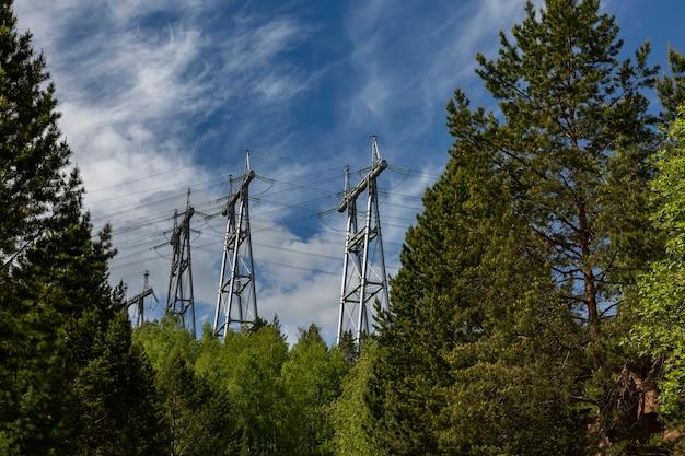 Supporti per linee elettriche ad alta tensione. produzione e trasmissione di energia elettrica.