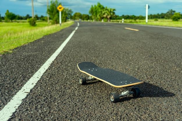 Surf skate su strada in campagna