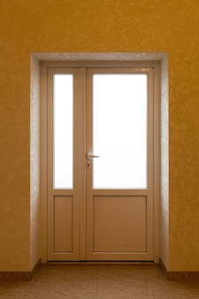 Superficie per pubblicizzare l'interno della casa con porte aperte