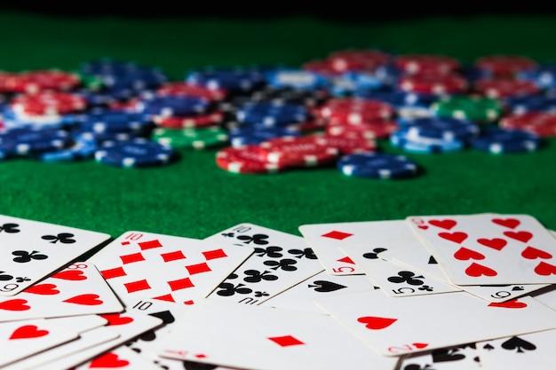 Superficie di carte da poker e fiches