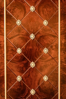 Armadio in legno di superficie con decoro motivo dorato